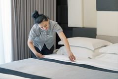 Meisje Making Bed royalty-vrije stock foto's