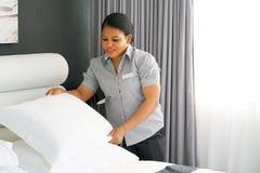Meisje Making Bed royalty-vrije stock afbeelding