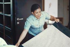 Meisje Making Bed royalty-vrije stock fotografie