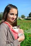 Meisje met aanbiddelijk konijntje Stock Afbeeldingen