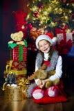 Meisje met aanwezige Kerstmis Stock Foto's