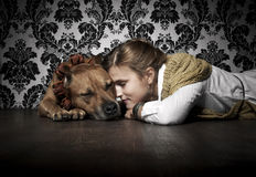 Meisje met Amerikaanse Staffordshire Terriër stock afbeeldingen