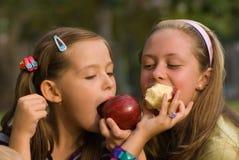Meisje met appel Stock Afbeeldingen