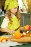 Meisje met appel en mes Royalty-vrije Stock Foto's