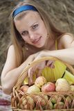 Meisje met appelen Stock Foto