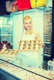 Meisje met armbandinzameling in bijouterieboutique Stock Afbeelding