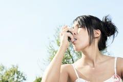 Meisje met astmainhaleertoestel Stock Foto