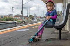 Meisje met autoped bij station 01 royalty-vrije stock afbeeldingen