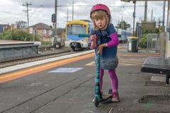 Meisje met autoped bij station 03 stock fotografie