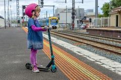 Meisje met autoped bij station 04 stock foto