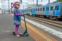 Meisje met autoped bij station 06 stock fotografie