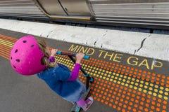 Meisje met autoped bij station 09 stock afbeelding