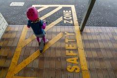 Meisje met autoped bij station 14 stock fotografie