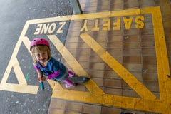 Meisje met autoped bij station 15 royalty-vrije stock fotografie
