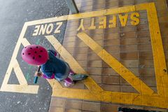 Meisje met autoped bij station 16 royalty-vrije stock afbeelding