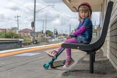Meisje met autoped bij station 12 stock foto
