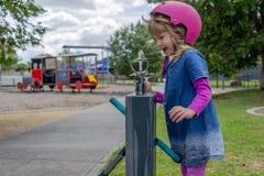 Meisje met autoped drinkwater 01 royalty-vrije stock foto