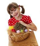 Meisje met babykonijn en paaseieren Stock Afbeelding