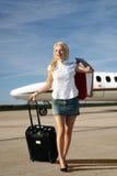 Meisje met bagage die van vliegtuig gaat Stock Foto's