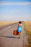 Meisje met bagage op de weg Stock Fotografie