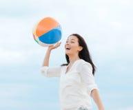 Meisje met bal op het strand Royalty-vrije Stock Foto's