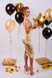 Meisje met ballons in de studio Stock Afbeelding