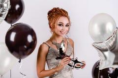 Meisje met ballons in de studio Royalty-vrije Stock Foto's