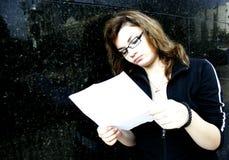 Meisje met bankverklaring stock afbeelding