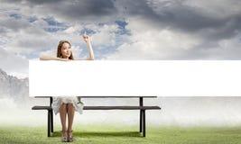 Meisje met banner stock afbeeldingen