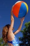 Meisje met beachball stock foto