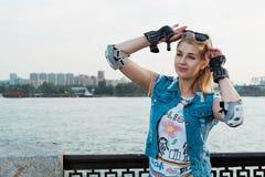 Meisje met beschermingsslijtage die zich in een zonnig helder licht bevinden Sportlevensstijl Royalty-vrije Stock Fotografie