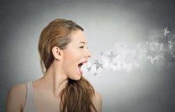 Meisje met bladeren die van haar open mond vliegen Royalty-vrije Stock Afbeeldingen