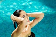Meisje met blauwe ogen die in de oceaan, overzees zwemmen Royalty-vrije Stock Foto's