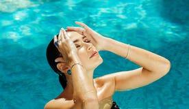 Meisje met blauwe ogen die in de oceaan, overzees zwemmen Royalty-vrije Stock Afbeelding