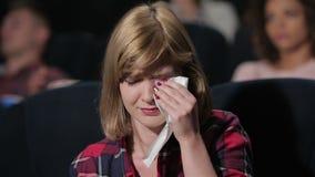 Meisje met blauwe ogen die tijdens de film schreeuwen stock footage