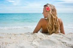 Meisje met bloem op het strand Stock Afbeelding