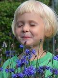 Meisje met bloemen. Stock Foto's