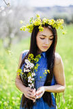 Meisje met bloemen in de steeg van de de lentebloesem Royalty-vrije Stock Foto's