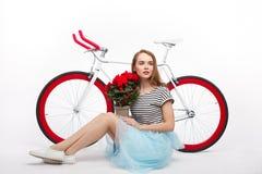 Meisje met bloemen en fiets royalty-vrije stock foto