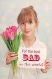 Meisje met bloemen en groeten voor papa stock afbeeldingen