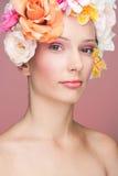 Meisje met bloemen in haar Royalty-vrije Stock Foto