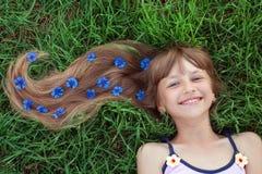 Meisje met bloemen in haar haar stock foto's