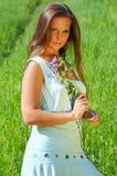 Meisje met bloemen op een weide Stock Foto