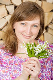 Meisje met bloemenlelietje-van-dalen Stock Foto's