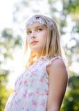 Meisje met bloemhoofdband Stock Foto