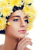Meisje met bloemkroon De Kaukasische vrouw met suntanned het gloeien Stock Afbeeldingen