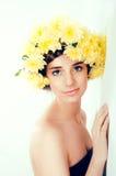 Meisje met bloemkroon De Kaukasische vrouw met suntanned het gloeien Royalty-vrije Stock Afbeeldingen