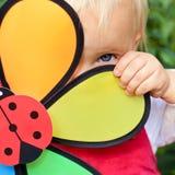 Meisje met bloemstuk speelgoed Royalty-vrije Stock Afbeeldingen