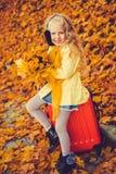 Meisje met blond haar op de herfstachtergrond stock foto's