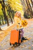 Meisje met blond haar op de herfstachtergrond stock afbeelding